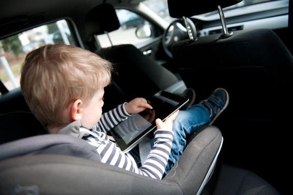 Hva er «grunn nok» til å snu barna i bilstolen før de fyller fire? Vi har spurt ekspertene