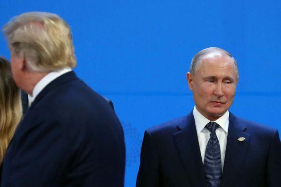 Her viser Trump ryggen til Putin. Bildet vekker oppsikt i Russland.