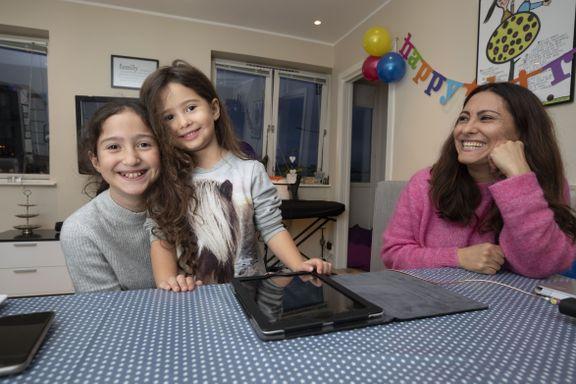 Familien bruker nesten ikke mobil og PC. Her er ekspertenes råd for å bli enige om skjermbruk.