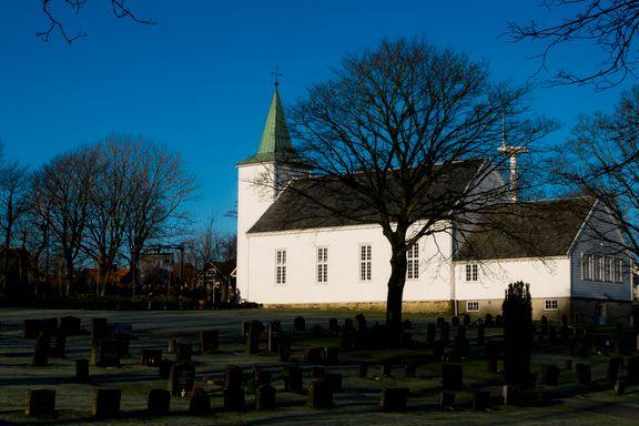 Hærverk på to kirkegårder