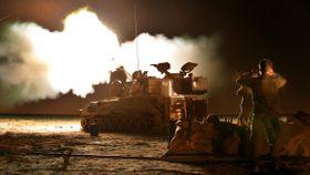 Israelske bakkestyrker hamrer løs på Gaza ved grensen. En far og tre døtre skal være drept.