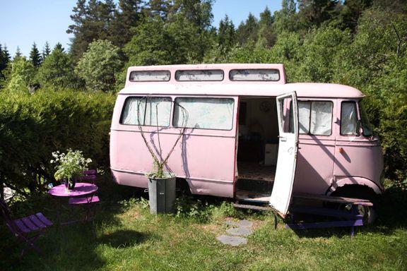 Bilvrak i hagen blir ofte sett på som søppel. For Bente Brenna og ektemannen er det blitt en uvanlig suksess