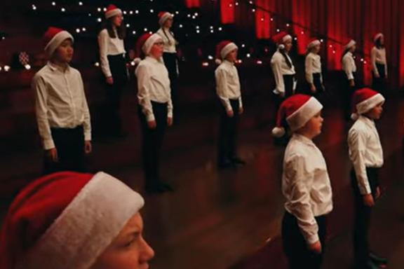 Se den ferske fremføringen av «O jul med din glede» her