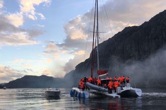 Her blir passasjerer fraktet bort fra brennende turistferge i Lysefjorden