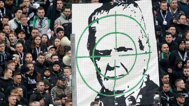 Slik ble 79-åringen tysk fotballs mest forhatte mann. Denne helgen fortsetter sjikanen mot ham.