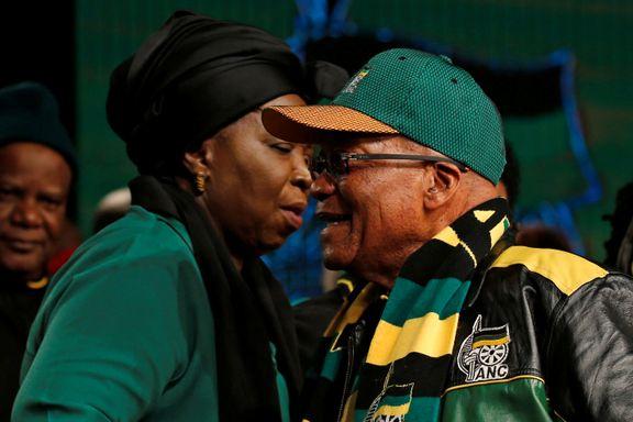 Etter 10 år går Zuma av som leder for Mandelas parti. Nå kan ekskona overta jobben.
