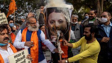 Hvorfor brenner indiske demonstranter bilder av Rihanna og Greta Thunberg?