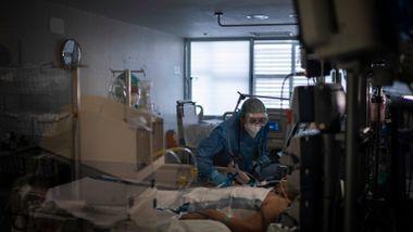 Pasienter i alle ganger og rom. Mange har oksygenflasker ved siden av seg.