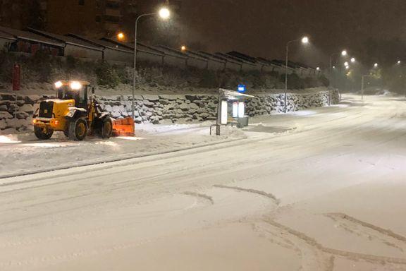 Uvær over hele landet og kraftige snøbyger på vei. Varsler vanskelige kjøreforhold.