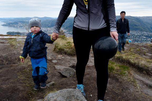 Her klatrer Lasse (3) til topps på Løvstakken for første gang