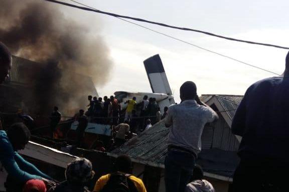 Fly styrtet og tok fyr midt i storbyen. Minst 23 døde.