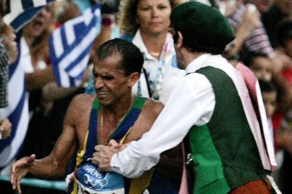Den irske presten stoppet mannen som ledet maraton. Da fikk begge en plass i OL-historien.