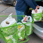Vi hiver åtte handleposer hver med mat hvert år