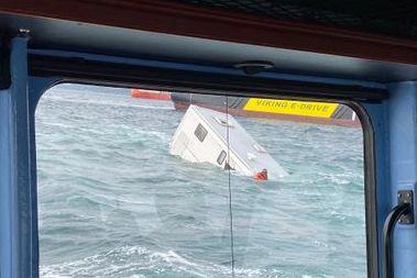Webkamera viste en person som går vekk etter at bobil havnet i sjøen