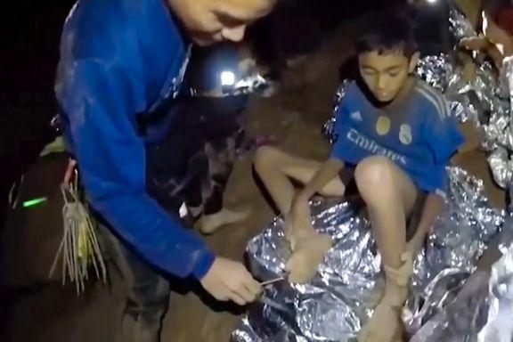 Redningsarbeidere tar null risiko under evakuering av thailandsk guttelag