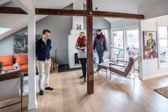 Meglere melder om halvering av boligsalget. Her er visningen i gang med alle forholdsregler.