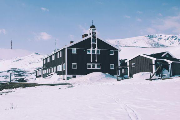 Stenger hytter i fjellet – ber folk utsette turer