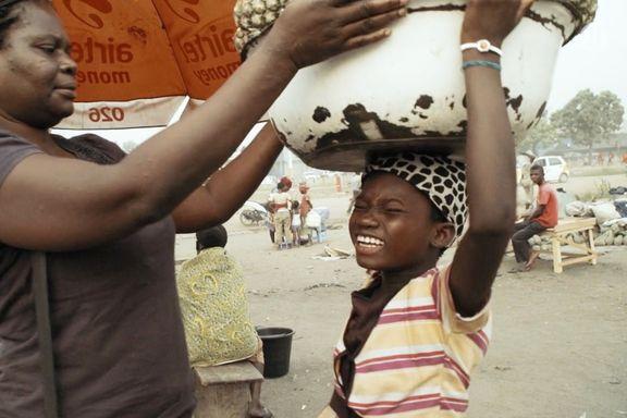 Kayayo - barneslavene, episode 1: – Du er åtte år, du er ikke et barn. Du må ut og tjene penger!