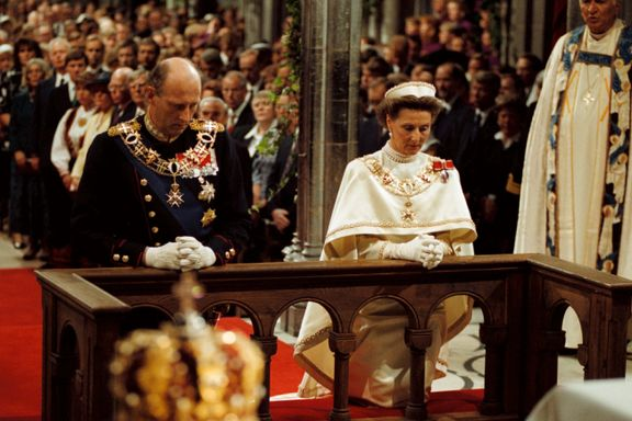 Kun to kongedømmer i Europa markerer tronskifter med religiøst rituale. Norge er ett av dem.