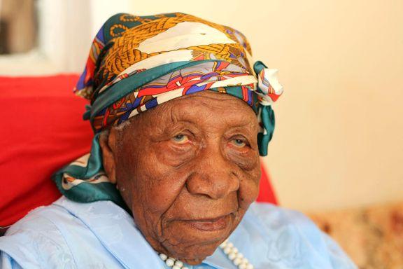 Violet (117) inntar tronen som verdens eldste, bor med sønn på 97