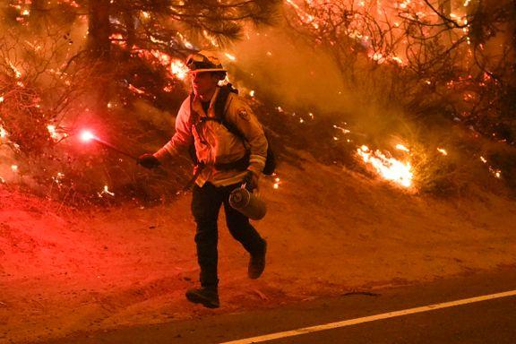 Par skulle avsløre babyens kjønn med fyrverkeri. Fire helikoptre og 60 brannbiler måtte slukke brannen.