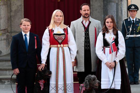 Kronprinsfamilien hilste barnetoget på Skaugum