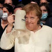 Merkel hever begeret til en siste skål. Hun har 24 timer på seg til å løfte partiet.