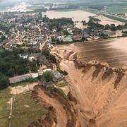 Flere hus og personer tatt av jordskred