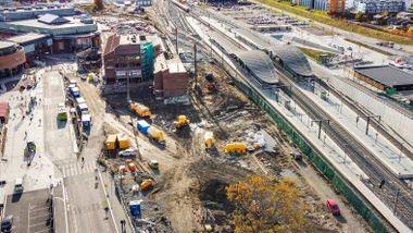 Med store ord ble denne stasjonen nettopp «åpnet». Samtidig fikk passasjerene en ekstra lang vei til togene.