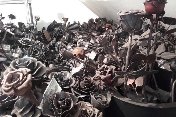 Skulle vært minnesmerke etter 22. juli: 900 jernroser ligger nå på et loft og støver ned.