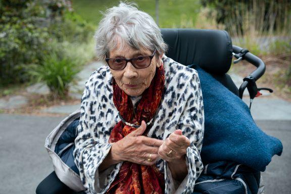 91-åring overlevde korona og langvarig isolasjon. Hun mener spesialprogrammert nettbrett ble redningen.