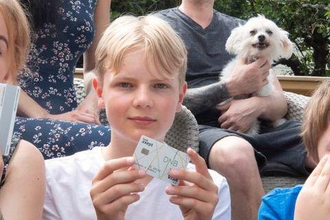 Mateo (12) ser på summen på konto nesten som et spill