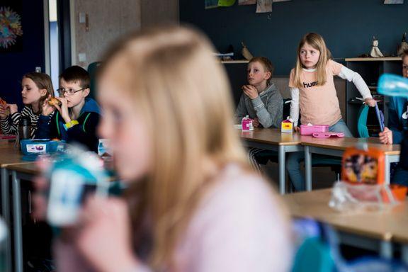 Her ser de på TV mens de spiser skolematen