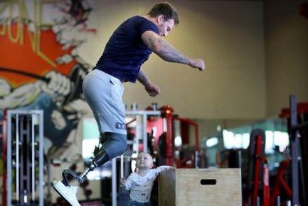 Stephen (30) mistet begge beina i krig. Nå har han startet eget treningssenter.