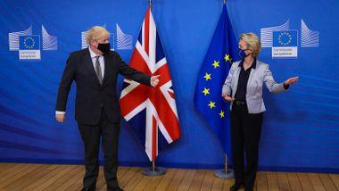 EU og britene kjemper om dosene. Det skader begge.