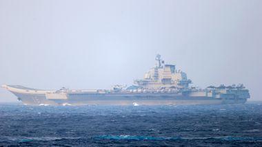 Kinesisk hangarskip seiler nær naboøy: – Hvis vi må føre krig, vil vi føre krig