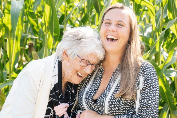 Klara Nærheim (98) og barnebarnet har et nært vennskap. Fem råd for en god relasjon til barnebarna.