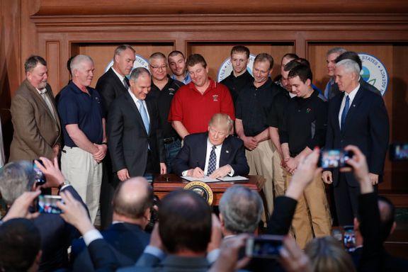 Her signerer Trump ordren om å vrake klimatiltak fra Obama
