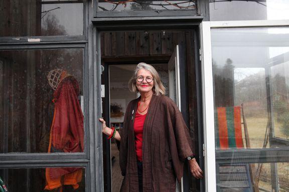 Birgitta (67) bor i økolandsby: - Jeg vil ikke inn i «hamsterhjulet». Skaffer du deg dyre vaner må du jobbe, jobbe, jobbe