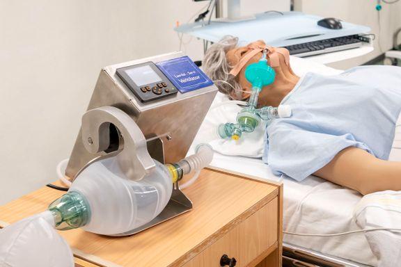 I mars bestilte regjeringen 1000 nødrespiratorer. Et halvt år etter er de verken godkjent eller levert.