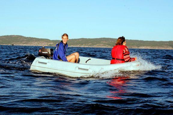 Barna kjørte ikke for fort, men foreldrene fikk likevel bot. Slik er reglene for båtkjøring og barn.