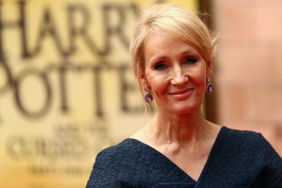 Forfatterens uttalelser om transpersoner skaper bråk. Nå sier bibliotekarer nei til å promotere Harry Potter.