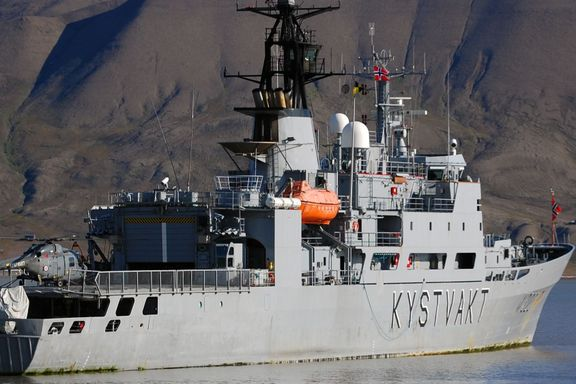 Mann savnet fra kystvaktskip – omfattende leteaksjon i Barentshavet