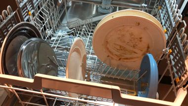 Skylle eller ikke skylle oppvasken? Bildet viser faktisk fasiten.