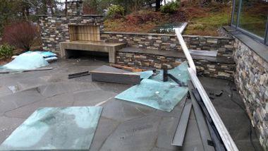 Glassrekkverket blåste ned: – Det var forskrekkelig å våkne til