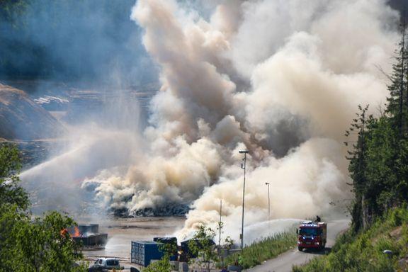 Kraftig brann i avfallsanlegg i Skien: – Røyken er giftig