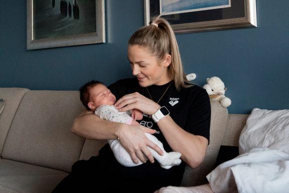 Seks timer etter at Ida Alstad dro fra fødestuen, var nyfødte Amanda på sin første håndballkamp