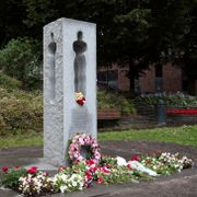 To pågrepet for hakekors-hærverk på minnesmerke
