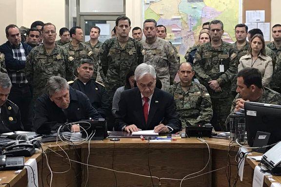 Chiles president talte til folket omgitt av generaler: – Bilder som dette er et gufs fra fortiden