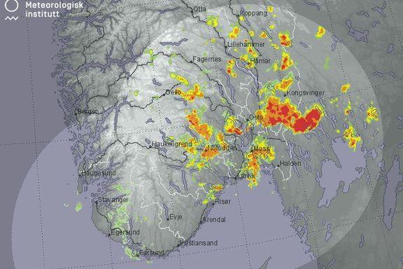 Voldsomt uvær gir strømbrudd og stengte veier på Østlandet